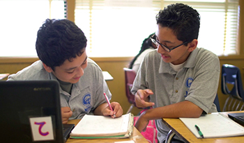 Middle school students work together at Madison Park Academy (Photo / The Learning Accelerator / Courtesy Rogers Family Foundation)